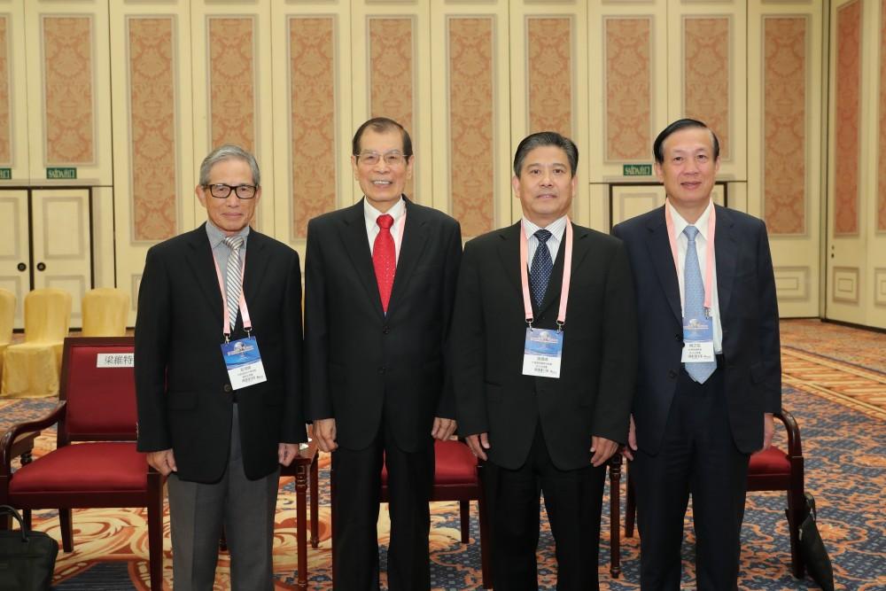 中美經濟合作策進會理事長歐源鍊先生、大會召集人丁楷恩先生、中國國際貿易促進委員會副會長張慎峰先生和台灣商業總會理事長賴正鎰先生合影