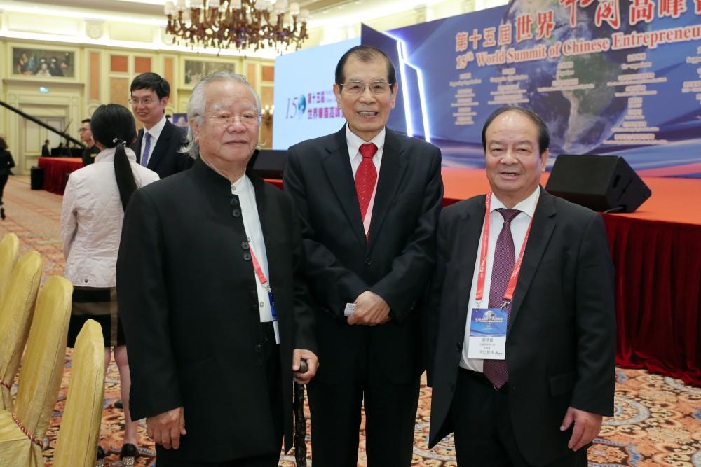 法國華人進出口商會永遠名譽會長蔣景深先生、大會召集人丁楷恩先生與法國華僑華人會副主席董德義先生合影