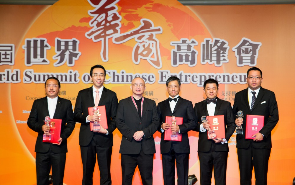 亞洲周刊總編輯邱立本先生與得奬傑出青年華商合影