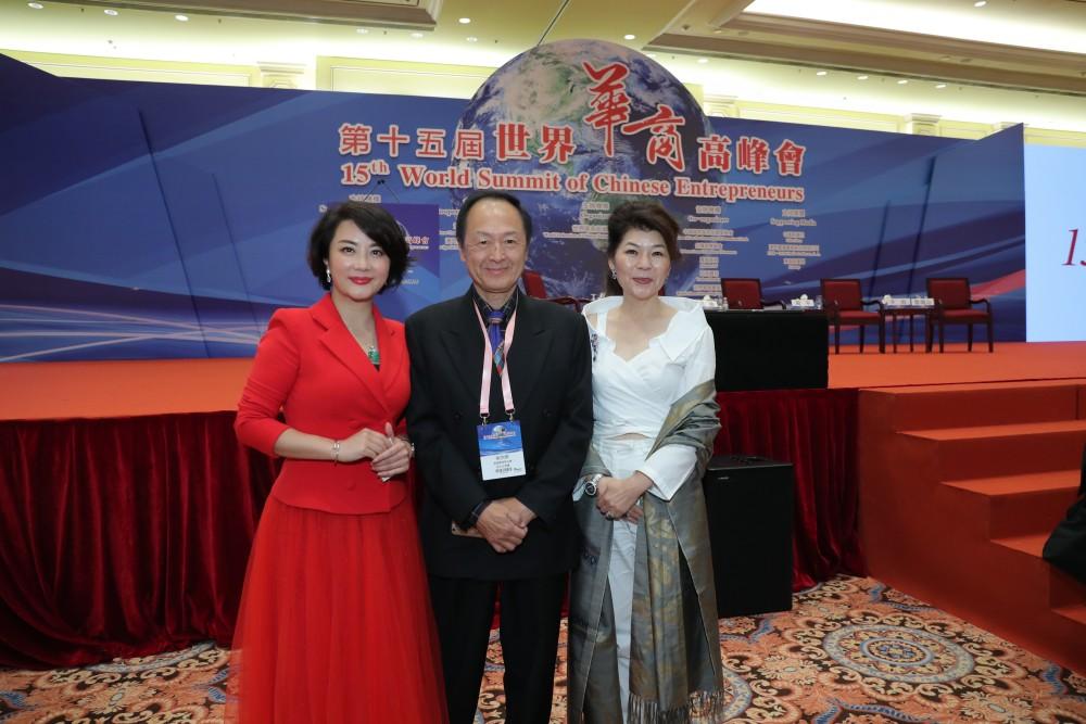 主持人耿嘉女士、美國華商聯合會會長吳宗錦先生與瑞士中華工商協會會長周仲蘭女士合影