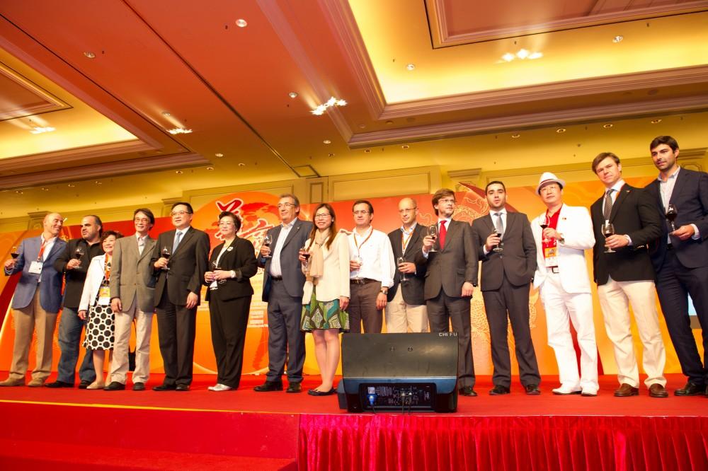 大會主席團代表與晚宴贊助澳門貿促局各代表一同敬酒