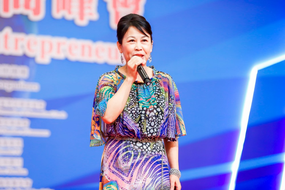 香港中國民族聲樂學會創會會長、著名女高音歌唱家黎蕙蘭小姐為大會晚宴獻唱